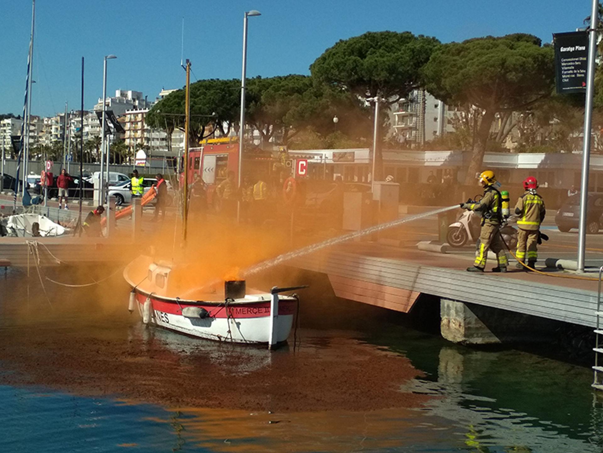 Simulacre d'incendi en una embarcació d'esbarjo al CVB