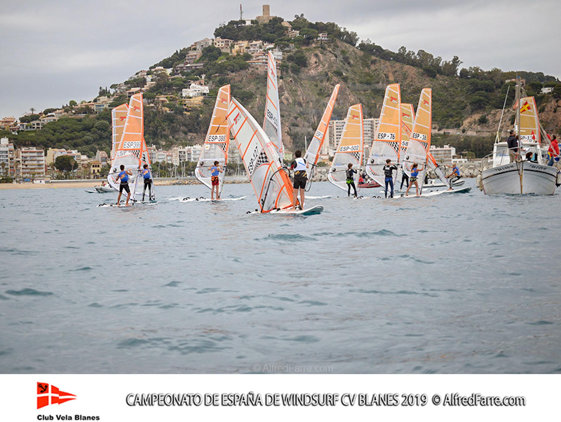 Tret de sortida del Campionat d'Espanya de Windsurf a Blanes amb proves per a totes les classes.