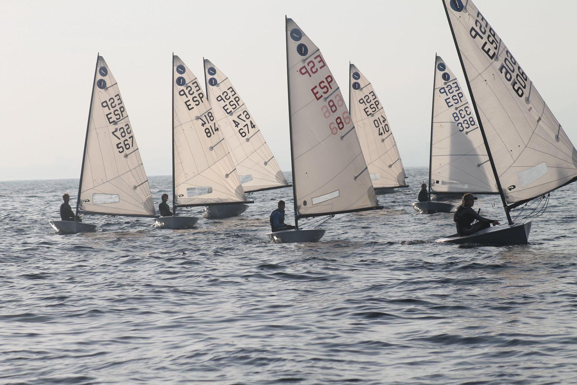 Els regatistes de la classe Europa participen al Campionat de Catalunya al CN El Balís.