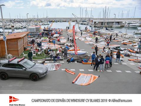 Mes d'un centenar i mig de regatistes al Campionat d'Espanya de windsurf a la badia de Blanes - 1