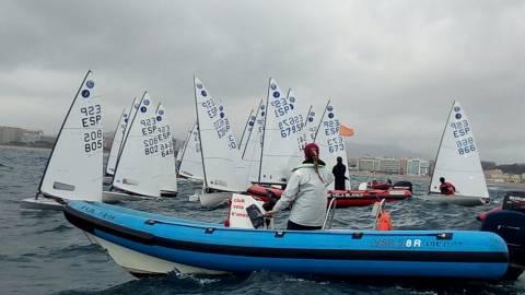 Día de lluvia, viento y mar para comenzar la Copa de España de la clase europa de vela en Blanes (Girona)