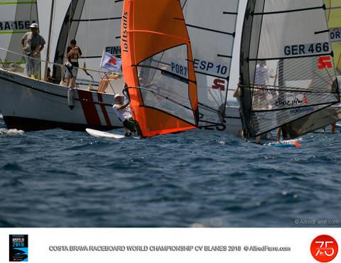 Aleksandra Blinnikka en dones i Joao Rodrigues lideren el Costa Brava World Championship de Raceboard. - 2