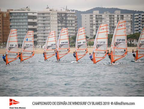 Tret de sortida del Campionat d'Espanya de Windsurf a Blanes amb proves per a totes les classes. - 7
