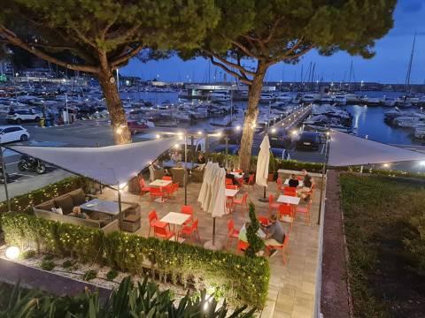 El Restaurant & Lounge Club Vela Blanes i les competicions esportives  aturen durant 15 dies la seva activitat.