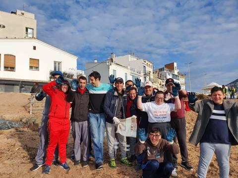 El Club Vela Blanes es suma a la iniciativa del Departament de Medi Ambient de l'Ajuntament per la neteja popular de la platja. - 2