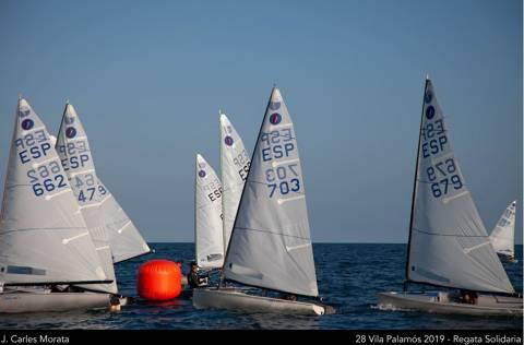 """Els regatistes blanencs de la classe europa participen a la """"solidària"""" 28ena regata Vila de Palamós."""