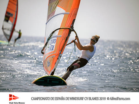 Els germans Manchón protagonistes del Campionat d'España de windsurf a Blanes. Curro es proclama campió d'España en Raceboard i Blanca domina de principi a fi el RS:X Femení. - 2